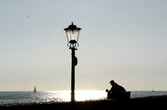 Borne da lâmpada e homem de descanso Fotografia de Stock