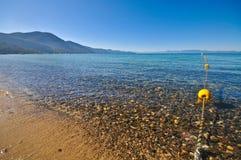 Borne de corde autour d'une zone de natation de lac photos stock