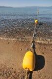 Borne de corde autour d'une zone de natation de lac photographie stock