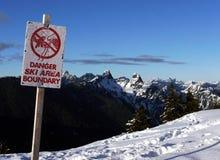Borne de zone de ski de danger Image libre de droits