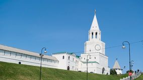 Borne limite de ville Longueur courante Mur et tour de Kremlin Vue de la ville Kremlin dans la ville antique clips vidéos
