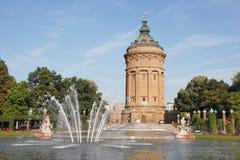 Borne limite locale Wasserturm à Mannheim, Allemagne Photos libres de droits