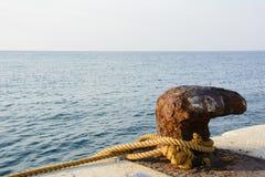 Borne marine rouillée de dock Images libres de droits