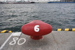 Borne rouge numéro six dans le port d'Osaka Photos libres de droits