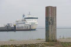 Borne sur le remblai du port de Terschelling occidental image stock