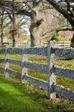 Borne velho e cerca de trilho coberta no musgo Fotografia de Stock Royalty Free