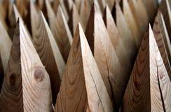 Bornes de madeira afiados nas fileiras foto de stock