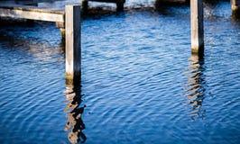 Bornes de madeira na água Fotografia de Stock