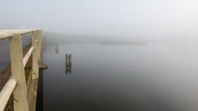 Bornes en bois reflétées dans l'eau Photos libres de droits