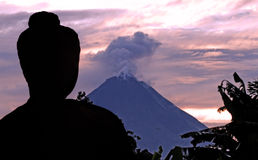 borobudur印度尼西亚Java merapi火山 免版税库存图片