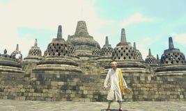 borobudur寺庙的一个人 库存照片
