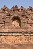 Borobudur à la base avec l'abondance de petits stupas et statues de Bouddha Photo libre de droits