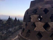 Borobudur Boeddhistische tempel en Merapi-Berg bij de achtergrond Dichtbij Yogyakarta op Java Island, Indonesië stock foto