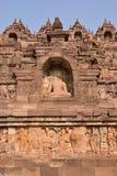 Borobudur en la base con el un montón de pequeños stupas y estatuas de Buda Foto de archivo libre de regalías