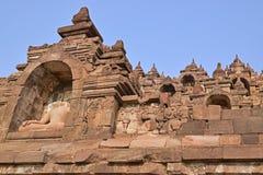 Borobudur en la base con el un montón de pequeños stupas y estatuas de Buda Imágenes de archivo libres de regalías