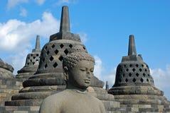 Borobudur - het standbeeld van Boedha met geperforeerde stupa stock foto's