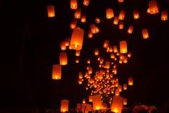BOROBUDUR, 29 Mei 2018: Document lantaarns die aan hemel a worden vrijgegeven stock afbeeldingen