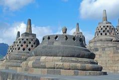 Borobudur - perforierte stupas mit Buddha-Statue Lizenzfreie Stockfotografie