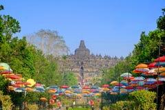 Borobudur tempel med den härliga trädgården royaltyfri fotografi