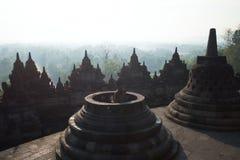 BorobudurÂ-Tempel setzt buddhistischen Tempel zusammen lizenzfreies stockbild