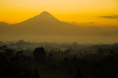 Borobudurzonsopgang met Merapi-vulkaan Royalty-vrije Stock Fotografie