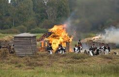 Borodino争斗历史再制定在俄罗斯 灼烧的乡间别墅 免版税库存照片
