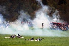 Borodino争斗历史再制定场面 在战场的发烟 库存照片