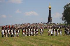 BORODINO,莫斯科地区-可以29日2016年:Reenactors穿戴了, Borodino的拿破仑式的战争战士作战历史再制定  库存图片