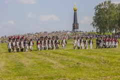 BORODINO, REGIÃO de MOSCOU - pode 29, 2016 milhares de cada ano de turistas olhar a reconstrução histórica da batalha de Borod foto de stock royalty free