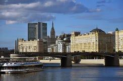 Borodinsky桥梁在莫斯科市中心 背景蓝天 库存图片