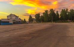 Boromlya村庄中央街道有等待夜买家的路旁市场和偶尔的经销商的 免版税库存图片