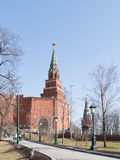 Borovitskaya-Turm und Alexander Garden in Moskau Lizenzfreies Stockbild