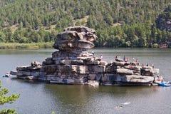 BOROVOE,哈萨克斯坦- 2016年8月06日:石山特写镜头照片在湖Borovoe的 库存图片