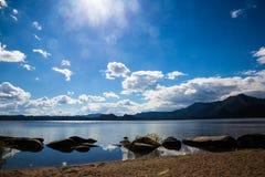 Borovoe See und felsiges Ufer auf Wolkenhimmel im Nationalpark Burabai, Kasachstan Lizenzfreie Stockbilder