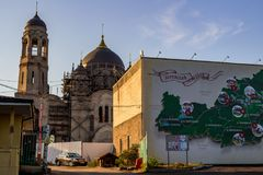 Borovsk, Россия - 18-ое августа 2018: Старый собор верующего в Borovsk и карта района Borovskiy стоковые фотографии rf