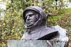 Borovsk, Россия - сентябрь 2015: Бюст памятника Юрия Gagarin на постаменте стоковое изображение rf