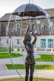 BOROVSK, RÚSSIA - SETEMBRO 2017: Fonte com uma escultura de uma menina com um guarda-chuva imagem de stock royalty free