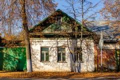 Borovsk, Rússia - em outubro de 2018: Casa de madeira da arquitetura tradicional foto de stock