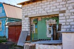 Borovsk, Rússia - em outubro de 2018: Reconstruindo uma casa de madeira tradicional fotografia de stock