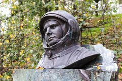 Borovsk, Rússia - em setembro de 2015: Busto do monumento de Yuri Gagarin em um suporte imagem de stock royalty free