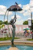 Borovsk Ryssland - Juni 2019: Springbrunn med en skulptur av en flicka med ett paraply fotografering för bildbyråer