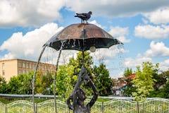 Borovsk Ryssland - Juni 2019: Springbrunn med en skulptur av en flicka med ett paraply royaltyfria foton