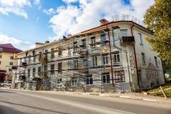 Borovsk Ryssland - Oktober 2017: Sikt av en renoverad bostads- byggnad arkivbilder
