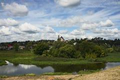 Borovsk stad, flod Protva Arkivbilder