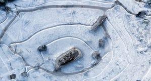 Borowinowa kałuża marznąca z białymi lodowymi kryształami obraz royalty free