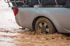 Borowinowy pluśnięcie samochodem gdy ono iść przez wody powodziowej Obraz Royalty Free