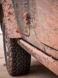 Borowinowy Splattered samochód, opona i zawias, Fotografia Stock
