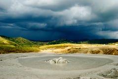 Borowinowy wulkanu krater i dramatyczny tło zdjęcia royalty free