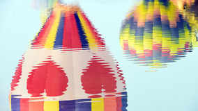 Borrão de balões de ar quente coloridos contra um céu azul do por do sol imagem de stock royalty free