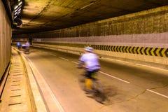 Borrão de movimento do ciclista na estrada subterrânea Foto de Stock Royalty Free